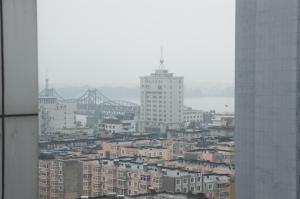 酒店房間能遠眺鴨綠江大橋及朝鮮邊境