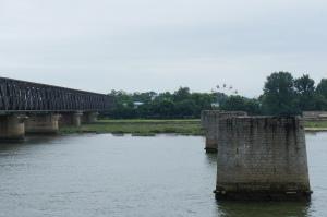 鴨綠江斷橋—對面是新義州並可看到一個摩天輪