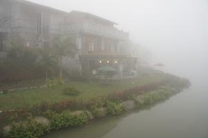 霧中的向天湖(1)