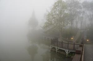 霧中的向天湖(2)