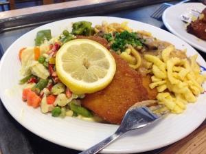 超市午餐—瑞士炸豬扒伴德國蛋麵