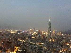 從酒店泳池可鳥瞰台北全景