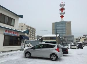 網走露天停車場—車子居然沒有積雪?