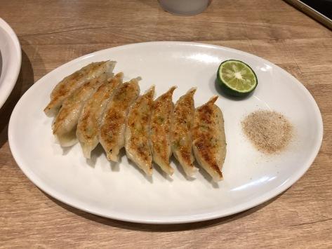 德島東大拉麵:餃子(¥400)- 其實唔使椒鹽都夠晒鹹